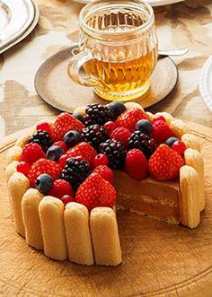 まろやかなミルクチョコムースと、甘酸っぱいベリーの素敵な出会い。 Strawberry Fields, Cake Decorating, Cheesecake, Deserts, Food And Drink, Sweets, Fruit Tarts, Cooking, Strawberries