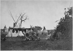 Arapaho_camp_with_buffalo_meat_drying_near_Fort_Dodge,_Kansas,_1870_-_NARA_-_518892.jpg (3000×2099)