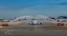Thai Airways B787-8 Dreamliner is having a great time with the water salute. Credit: @vinbuddy