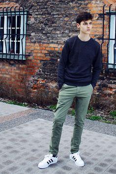 Um suéter básico, preto, mas combinado com calça colorida e tênis branco que destacaram o visual.
