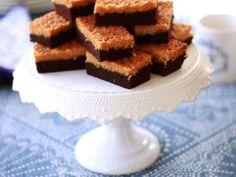 Leilas choklad- och kokosrutor Chocolate Dreams, Fika, Sweet Recipes, Brunch, Sweets, Cooking, Snacks, Desserts, Drink