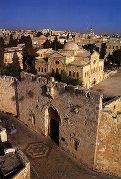 """Zion Gate (hebraico: שער ציון, Shaar Sião, ou Bab an-Nabi Dawud (""""Profeta David Gate""""), é um dos oito portões nas muralhas da Cidade Velha de Jerusalém, Israel."""