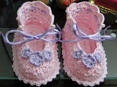 """Beautiful Lace Baby Booties Free Crochet Pattern from """"Croche Para Barbie"""" blog! Created following this Japanese crochet diagram. More Patterns Like This!"""