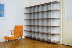 Element Design - Blade  Ein Regal mit System: Horizontal Nussbaumholz, vertikal Blech, ineinander verschränkt zu einer selbsttragenden Konstruktion.