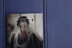 Άνδρας φέρεται να μήνυσε τη σύζυγό του για τη βαθιά ηθική βλάβη που του προκάλεσε όταν την είδε για πρώτη φορά χωρίς μακιγιάζ! O σύζυγος υποστηρίζει πως έκανε μια συγκλονιστική ανακάλυψη το πρωί μετά την τέλεση του γάμου τους στην Αλγερία. Σύμφωνα με το Emirates 247 ο μόλις λίγων ωρών γαμπρός έμεινε έκπληκτος από την φυσική εμφάνιση της συζύγου του και στη συνέχεια δήλωνε πως δεν μπορούσε να πιστέψει πως ήταν στο κρεβάτι με το ίδιο πρόσωπο παντρεύτηκε.