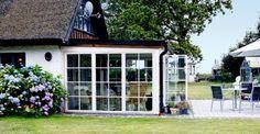 Udestuen smelter sammen med huset og den store terrasse i haven.