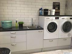Det som en gång var atelje åt någon hobbymålare som bodde här innan oss har nu blivit tvättstuga. Funderar dock fortfarande på exakt vilken funktion burspråket kommer att ha ... men kommer nog på det så småningom.. Burspråk. I juli satte vi igång med renoveringen. Det första vi gjorde var att byt... Kitchen Organisation, Laundry Room, Washing Machine, Home Appliances, Dream Houses, Design, Home Decor, Ideas, Bath