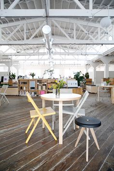 A must visit and new way to work on-the go: mod's new headquarter space in San Francisco. This beautifully designed space features De Vorm's sustainable PET felt LJ series and Pod Chair. www.devorm.nl #pet #furniture #sustainable