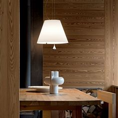 De Luceplan Costanza hanglamp is in hoogte verstelbaar doormiddel van het contragewicht. De strakke lamp krijgt door dit gewicht een mooie speelse vorm. Een perfecte hanglamp boven de eettafel of voor zakelijk gebruik.