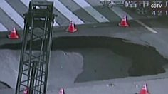 Urplötzlich riesiges Loch auf Kreuzung: Polizist bewahrt Autofahrer in letzter Sekunde vor Katastrophe