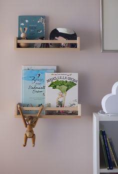 Jag är ju en varm förespråkare av att inreda med böcker i barnrum och att inspirera till läsning genom att ha dem framme, nära till hands och få dubbel användning av dem som väggdekoration. Jag…