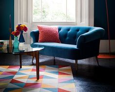 Loving this colourful scheme featuring the 'Zeppelin' sofa by The collection has elegant tapered legs and button-back detailing, giving it a mid-century style. Mid Century Sofa, Mid Century Style, Contemporary Sofa, Modern Sofa, Great Interior Design Challenge, Linen Sofa, Tiny Spaces, Elle Decor, Zeppelin