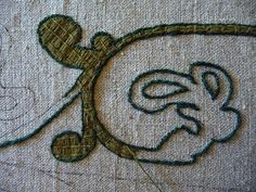 Bayeux Stitch - outline first, then fill stitch. Medieval Embroidery, Embroidery Applique, Cross Stitch Embroidery, Embroidery Patterns, Embroidery Stitches Tutorial, Embroidery Techniques, Machine Embroidery Designs, Arabesque, Needlework