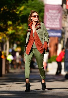 Moda Mujer Casual Outfits Olivia Palermo New Ideas Estilo Olivia Palermo, Olivia Palermo Outfit, Olivia Palermo Lookbook, Olivia Palermo Style, Green Jacket Outfit, Mode Orange, Trendy Outfits, Cool Outfits, Green Outfits