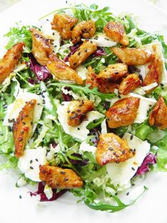 Sio-smutki: Sałatka z kurczakiem, serem camembert i sezamem Sio-sorrows: Salad with chicken, camembert cheese and sesame seeds Salad Recipes, Diet Recipes, Cooking Recipes, Healthy Recipes, Baked Chicken Recipes, Food Design, Food Inspiration, Love Food, Food And Drink