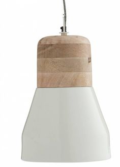 Mooie ranke hanglamp van Madam Stoltz. Gemaakt van naturel hout met wit metaal. Een super hanglamp voor boven je eettafel. Compleet met zwart/wit snoer en wit p