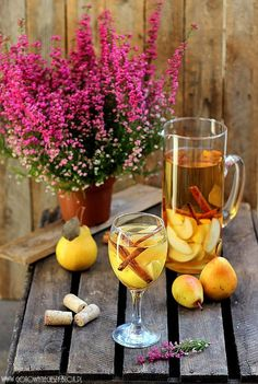 Autumn Sangria: a mix of pears, cinnamon, honey, wine and apple cider Fall Drinks, Cocktail Drinks, Mixed Drinks, Winter Cocktails, Fall Sangria, Sangria Mix, Yummy Drinks, Yummy Food, Non Alcoholic