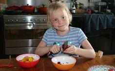 Jobke druk bezig bieten te schillen voor de plaattaart met Bieten. Ze gebruikt 3 verschillende kleuren: rode, oranje en rood-wit gestreepte bieten. Het receot komt uit eten uit de volkstuin van Marleen van Es.