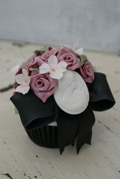 Fantastically beautiful edible cameo adorned vintage themed cupcakes. #vintage