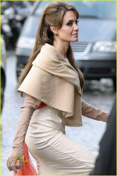 You Decide Who Is More Beautiful Aishwarya Rai Vs Angelina Jolie ...