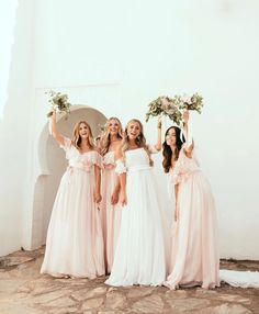 Congratulations to the most beautiful bride and her groom on your marriage! Stunning bridesmaids in silk chiffon dreams Photo: . Wedding Pics, Wedding Styles, Wedding Gowns, Wedding Day, Wedding Favors, Wedding Decorations, Vera Wang Bridesmaid Dresses, Bride Dresses, Bridesmaids