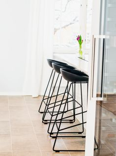 The replica Hee Welling Sled Base Stool is a reproduction of this modern designer kitchen stool. Constructed from steel and polypropylene, this modern steel kitchen stool will enhance your kitchen. Fire Pit Table And Chairs, Bar Chairs, Eames Chairs, Room Chairs, Dining Chairs, Minimal Kitchen Design, Mid Century Bar Stools, Kitchen Counter Stools, Black Bar Stools