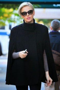 現代のモナコ公妃シャルレーヌも愛用するケープ。現代セレブのケープの着こなしとは?