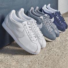 """Sneakerklassiker auf Zeitreise: Unser Best-of NIKE für Damen. Der NIKE """"Classic Cortez"""" hat eine spezielle Dämpfung, mit der dieser Schuh ab 1972 die Sportswelt und schließlich die internationalen Straßen eroberte. Die Neuauflage ist vom Laufschuh inspiriert, den NIKE Mitbegründer Bill Bowermans ursprünglich designte. Der Tragekomfort dieser Sneakers und ihr leichtes Gewicht machen Sie zum Evergreen – typisch für die NIKE Cortez ist die abgerundete Kappe und das Fischgrätenprofil."""