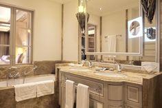 Exklusive Badaustattung im Astoria Resort in Seefeld in Österreich.  #leadingsparesorts #leadingspa #wellness #spa #beauty #astoria #astoriamoment #zimmer #suite #luxus #luxushotel #luxury #seefeld #tirol #hotel #resort #wohnen #wohlfühlen #exklusiv#bad #badezimmer #bathroom Wellness Spa, Double Vanity, Mirror, Bathroom, Furniture, Beauty, Home Decor, Luxury, Full Bath