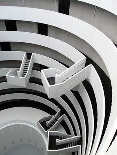 This idea reminds of the staircase at Hogwarts University of the movie 'Harry Potter'. Isn't this amazing?