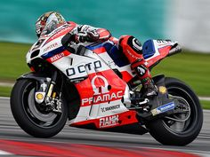 In the closing minutes of the MotoGP Sepang Test Day Two Jorge Lorenzo lowered his marker to 2m00.15. A fraction behind Petrucci's 2m00.09 this morning