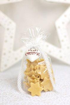 Eine schöne Geschenkidee -- > selbstgemachte Nudeln in Sternform!  Zutaten für 2 Portionen 250g Mehl 25ml Wasser 25ml Olivenöl halben TL