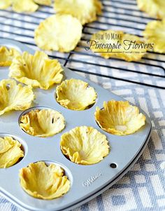 Step by step instructions on how to make dried pineapple flowers. Natural and healthy decoration for your cupcakes! Pinapple Cake, Pineapple Cupcakes, Baked Pineapple, Pineapple Flowers, Tropical Cupcakes, Pina Colada Cupcakes, Mini Cakes, Cupcake Cakes, Just Desserts