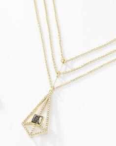 Collar Trianek. Dale elegancia a tu vestuario con este hermoso collar brillante con un gran diseño de triple cadena, elaborado en 4 baños de oro de 18 kt. Largo 45 cm + 5 cm de extensión. Modelo: 116043