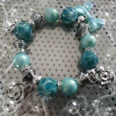 Bracelet très élégant dans les tons bleus avec breloques argentés