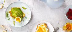 Zutaten: 4 Scheiben Toast; 4 TL Butter; 2 mittelgroße Eier; 2 Avocados; Saft und Schale einer Bio-Zitrone; Salz; frisch gemahlener Pfeffer aus der Mühle; 6 Scheiben Räucherlachs! Mehr dazu auf der ADEG Website! 2 ZweigeDille  Olivenöl zum Beträufeln Avocado Tatar, Eggs, Snacks, Breakfast, Food, Pepper, Salt, Egg, Eten