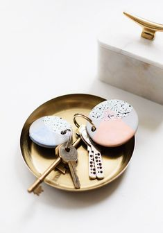 Hottest No Cost air dry Clay keychain Ideas The cutest DIY speckled keychains to give your keys a colorful makeover! – sugar and cloth – ho Polymer Clay Crafts, Diy Clay, Polymer Clay Jewelry, Easy Diy Gifts, Easy Crafts, Handmade Gifts, Teen Crafts, Creative Crafts, Diy Cadeau Noel