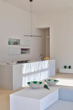 Lorenzo Grifantini, directeur du studio londonien DOS Architects, a conçu sa maison familiale dans un village calme au cœur du Salento, péninsule formant l'extrémité sud-est de la région des Pouilles en Italie. La résidence s'intitule La Torre Bianca, en raison de sa tour blanche de 12 mètres de haut donnant sur une grande cour.  La maison est située dans le parc régional qui s'étend entre la côte rocheuse adriatique et les plages de sable blanc de la mer Ionienne. L'intérieur de la maison…