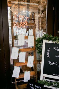Eine wunderschöne und kreative Möglichkeit den Sitzplan seinen Hochzeitsgästen zu präsentieren. Die Papeterie ist an einer Leiter befestigt. #JuliaWalterFotografie #Hochzeit #Hochzeitsdekoration #CoronaWedding #WaldorferHöfe #Ochtendung