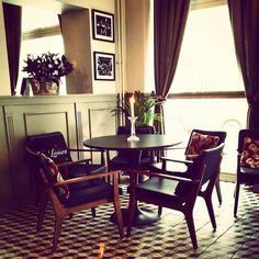 Yli 100-vuotiaassa jugendrakennuksessa Hämeenlinnassa palvelee tunnelmallinen ranskalaishenkinen kahvila baari.