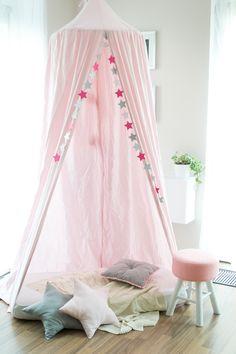 Baldachýn,+nebesa,+závěsný+stan+Tento+stan+zavěsíte+do+stropu+Vašeho+pokoje.+Lze+ho+využít+jako+hrací+stan+nebo+jako+nebesa+nad+postel.+Nebesa+dávají+pocit+soukromí+a+vytváří+pokoj+v+pokoji.+Průměr+baldachýnu+je+60+cm+a+délka+cca.+270+cm.+Cena+je+za+stan+bez+podložky.+Rádi+Vám+ušijeme+podložku,+polštáře,+koše+na+hračky+tak,+aby+Vám+to+hezky+ladilo.+Za+závěsnou+...