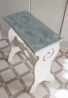 Orgelstol: En gammel orgelstol malet med Old White og Provence og malet med tør brush ovenpå det tyrkise farve og vokset med lys voks. Kanterne er slebet en anelse med en grydesvamp.