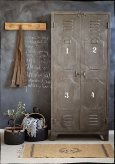 Vintage Industrial Decor Vintage industrial decor for your bathroom, get inspired here! - The vintage interior decor never goes out of style. This vintage bathroom decor is such an excellent example if you want your vintage home decor to shine. Industrial Chic, Vintage Industrial Furniture, Industrial House, Industrial Interiors, Vintage Home Decor, Industrial Lockers, Industrial Bathroom, Grey Interiors, Industrial Farmhouse