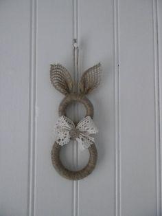 Un lapin avec des anneaux de rideaux en bois Pour réaliser ce lapin j'ai utilisé , 2 anneaux en bois (un moyen et un grand ) de la ficelle , du ruban de jute ( pour les oreilles ) de la dentelle co...