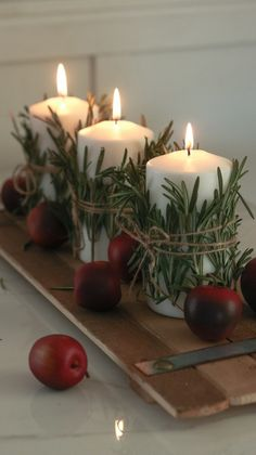 Christmas Candles: See How to Make Take-Out References .- Velas de Natal: Veja Como Fazer Referências de Tirar o Fôlego christmas candles – simple candle set - Christmas Candle Decorations, Christmas Table Settings, Christmas Candles, Christmas Home, Magical Christmas, Winter Christmas, Christmas Ideas, Table Centerpieces For Christmas, Christmas Party Table