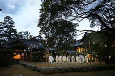 Le grand sanctuaire d'Ise, qui vient, comme tous les 20 ans, d'achever cette année 2013 son Shikinen Sengû (sa « translation périodique ») afin d'être reconstruit, est de nouveau tout neuf. Un photographe, qui est né et a grandi à Ise, en a capturé les grandioses expressions des quatre saisons.