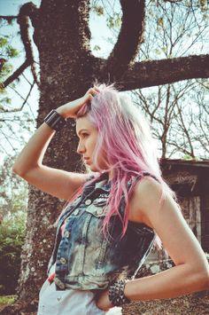Mountain Girl (fotos: Marcella Karmann)    #TAGS sunlight, pink hair, tie dye hair, dipdyed hair, brazil, brasil