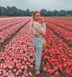 Shared by ✰. Find images and videos about girl, photography and flowers on We Heart It - the app to get lost in what you love. Foto Casual, Shooting Photo, Photo Poses, Photo Shoot, Belle Photo, Portrait Photography, Photography Flowers, Spring Photography, Friend Photography