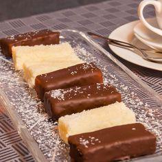 Kokos trifft auf Schokolade und macht sienoch leckerer. Mit unserem Rezept können Sie die Schokoriegel mit Kokosfüllung einfach machen. Hier erfahren Sie mehr!