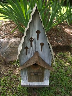 Love the use of old keys & hinges on the birdhouse
